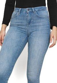 ONLY Petite - ONLPOWER MID PUSH UP  - Skinny džíny - light blue denim - 4