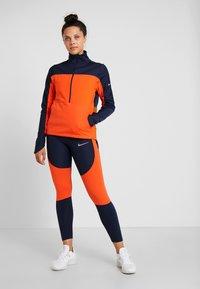 Nike Performance - REPEL TOP MIDLAYER - Bluza z polaru - obsidian/team orange/reflective silver - 1