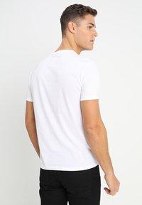 Armani Exchange - T-shirt med print - white - 2