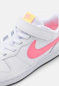 Nike Sportswear - COURT BOROUGH 2 UNISEX - Sneakers basse - white/sunset pulse/light zitron/black - 5