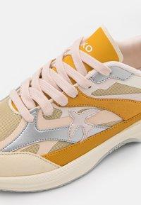 Pinko - LIGHTECH - Baskets basses - offwhite/senape - 6