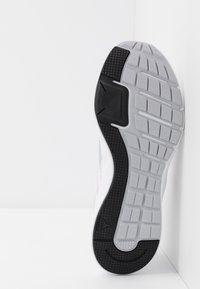 Reebok - RUNNER 4.0 - Neutrální běžecké boty - white/black/jasmin pink - 4