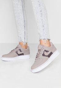 Nike Sportswear - AIR FORCE 1 - Sneaker low - pumice/white - 0