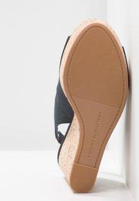 Tommy Hilfiger - SLING BACK WEDGE STRIPES - Korolliset sandaalit - blue - 6