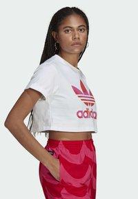 adidas Originals - T-shirt print - white/vivid red/team real magenta - 2
