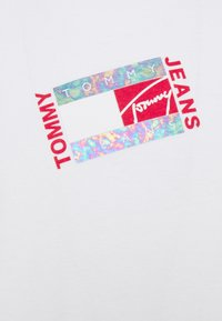 Tommy Jeans - SMALL FLAG BOX LOGO TEE UNISEX - Long sleeved top - white - 2
