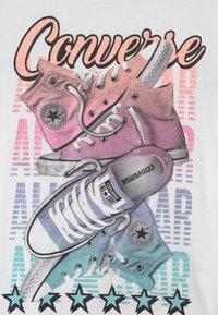 Converse - PRISM PLAY SHOE STACK - Camiseta estampada - white - 2