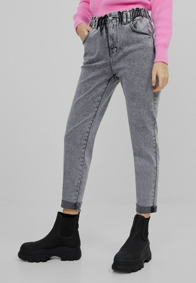 MIT ELASTISCHEM BUND  - Jean droit - dark grey