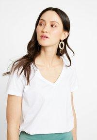 Zalando Essentials - Basic T-shirt - white - 0