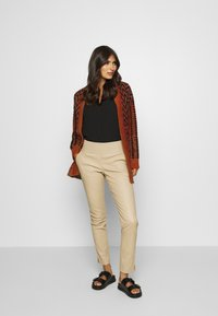 Ibana - COLLETTE - Leather trousers - sand - 1