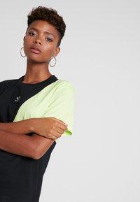 adidas Originals - COLOUR BLOCKING DESIGN BOYFRIEND TEE - T-shirt med print - black - 3