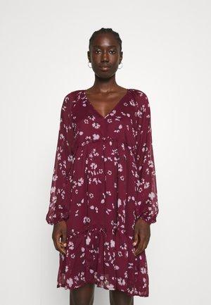 VMFRIDA V NECK SHORT DRESS - Day dress - winetasting