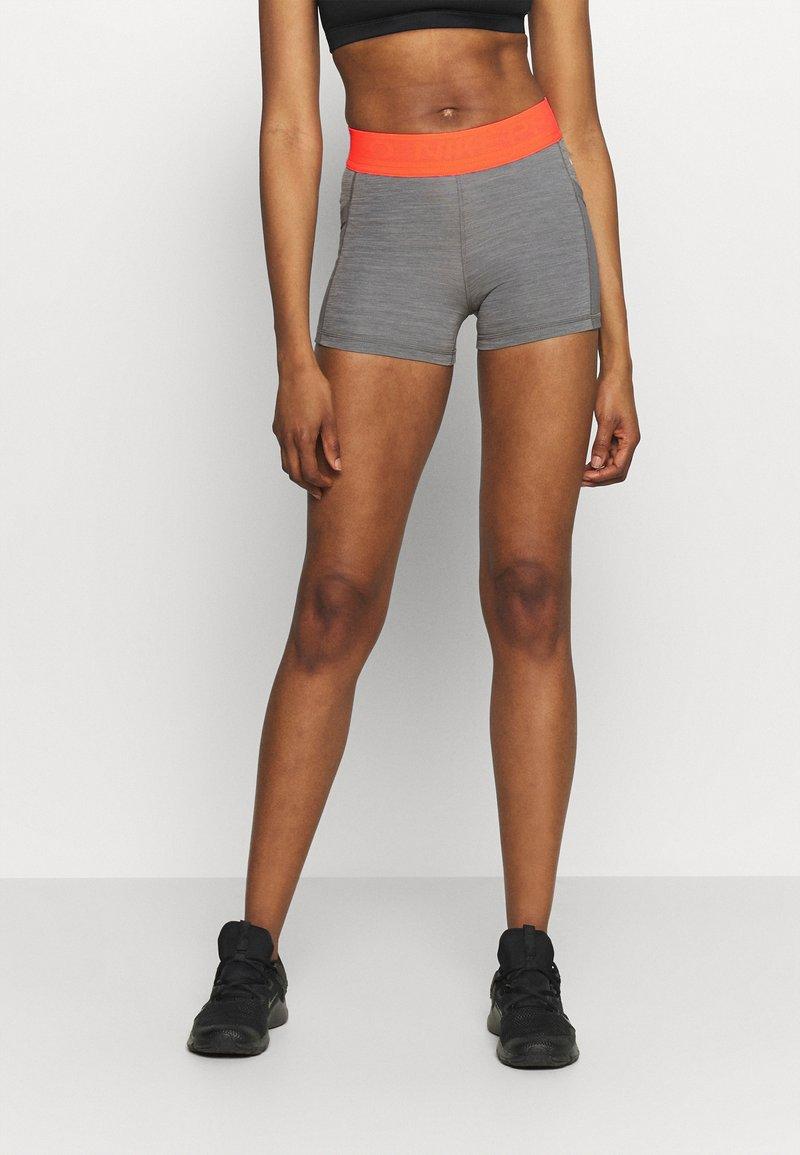 Nike Performance - SHORT FEMME  - Tights - smoke grey/heather/bright mango/white