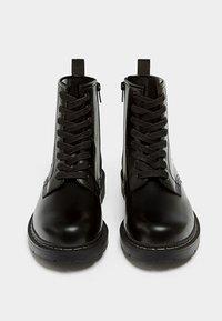 PULL&BEAR - Šněrovací kotníkové boty - black - 1