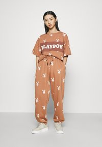 Missguided Petite - PLAYBOY JOGGERS - Tracksuit bottoms - brown - 1