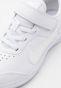 Nike Performance - VARSITY UNISEX - Juoksukenkä/neutraalit - white - 5