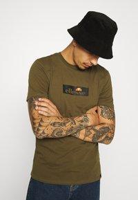 Ellesse - OMBRONO - Print T-shirt - khaki - 3