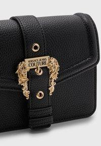 Versace Jeans Couture - GRANA BUCKLE CROSSBODY - Sac bandoulière - nero - 3
