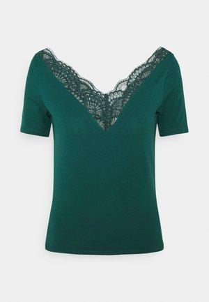 VMAVA VNECK PETITE - Print T-shirt - sea moss