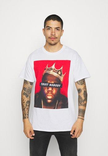 MENNACE BIGGIE TRUST NOBODY - Print T-shirt - white