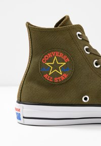 Converse - CHUCK TAYLOR ALL STAR RETROGRADE - High-top trainers - surplus olive/habanero red - 2
