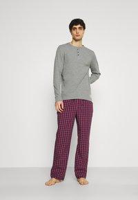 Jack & Jones - JACWOVENPANTS - Pyjama set - red bud/grey melange - 0