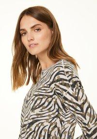 comma casual identity - Jumper - khaki zebra and flower - 3