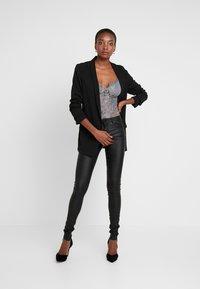 ONLY Tall - ONLLOULOU PUSHUP COAT PANTS - Pantalon classique - black - 2