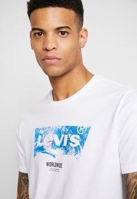 Levi's® - T-shirt z nadrukiem - world white - 4