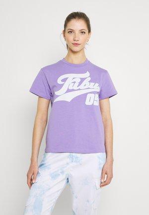 VARSITY - T-shirt print - purple