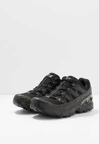 La Sportiva - ULTRA RAPTOR GTX - Trail running shoes - black - 2