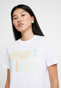 Calvin Klein Jeans - MULTI LOGO BOX STRAIGHT TEE - T-shirt imprimé - bright white - 4