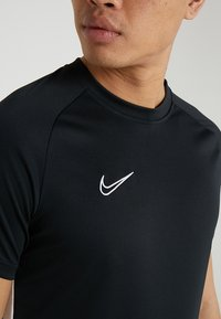 Nike Performance - DRY ACADEMY - T-shirt med print - black/white - 6