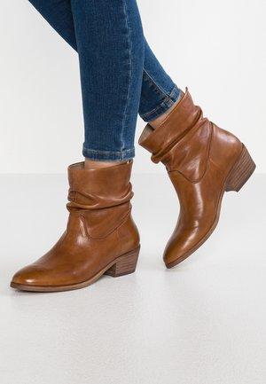 SHRAMMIE - Classic ankle boots - cognac