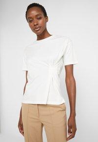 BLANCHE - MAIN TUCK - Print T-shirt - ecru - 0