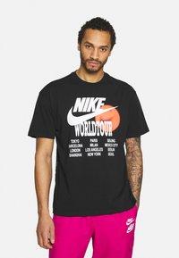 Nike Sportswear - TEE WORLD TOUR - T-shirt med print - black - 0