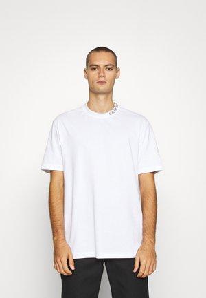 COLLAR INTARSIA TEE UNISEX - Triko spotiskem - bright white