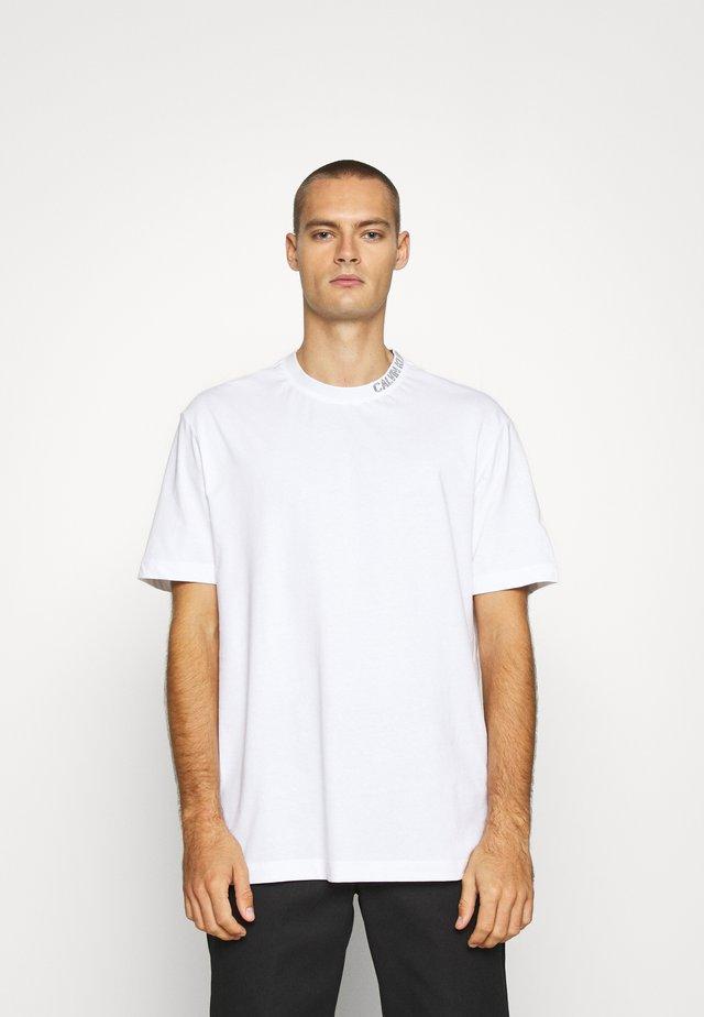 COLLAR INTARSIA TEE UNISEX - T-shirt imprimé - bright white