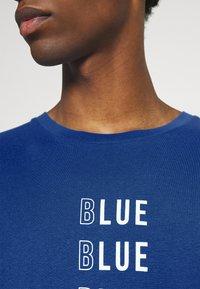 TOM TAILOR DENIM - WITH PRINT - T-shirt med print - shiny royal - 6