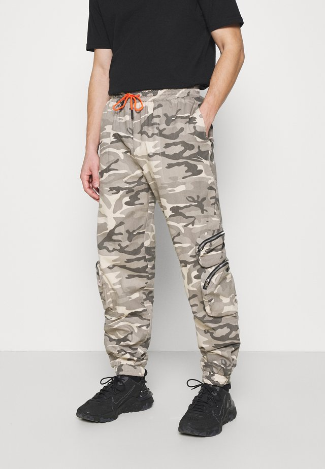 PRINT TROUSER - Cargo trousers - brown