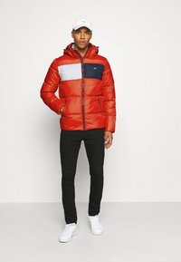 Tommy Jeans - COLORBLOCK PADDED JACKET - Kurtka zimowa - deep crimson - 1