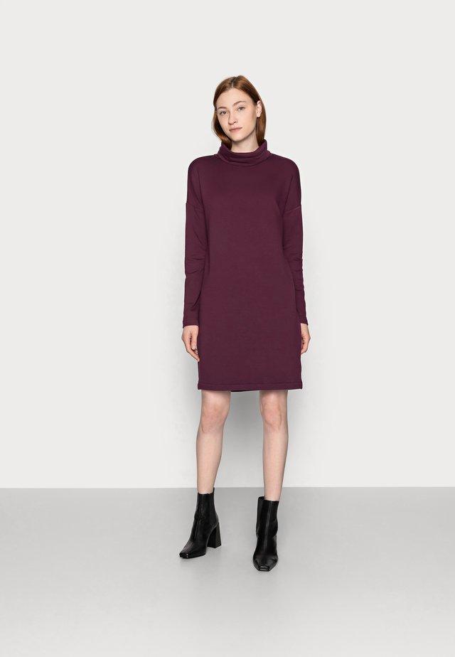 COWL NECK DRESS - Denní šaty - secret plum