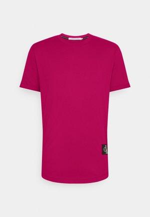 BADGE TURN UP SLEEVE - Basic T-shirt - cerise