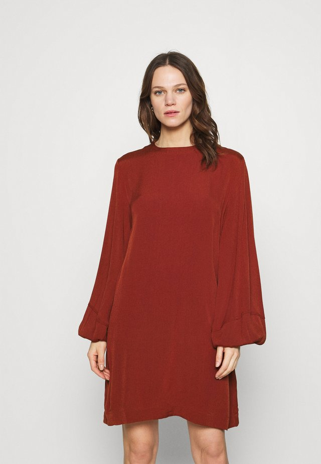 ARAM SHORT DRESS - Korte jurk - brandy brown