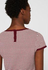 Esprit Collection - MIT TUPFEN-STRUKTUR - Print T-shirt - bordeaux/red - 3