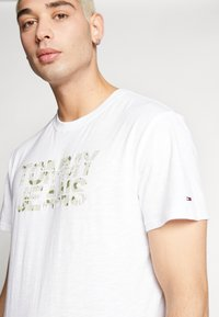 Tommy Jeans - CAMO GROUND LOGO TEE - Print T-shirt - white - 3