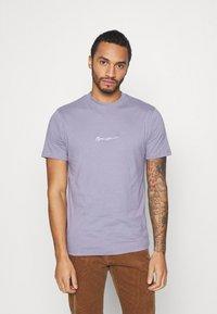 Mennace - UNISEX ESSENTIAL SIGNATURE - Basic T-shirt - murky violet - 0