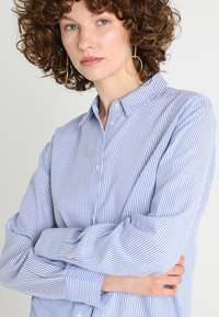 Zalando Essentials - Button-down blouse - white/light blue - 3