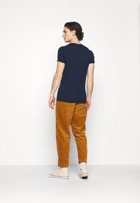 Converse - TRAIL PANT - Trousers - dark soba - 2