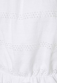 Pieces Petite - PCTAYLEE CROPPED - Print T-shirt - bright white - 2